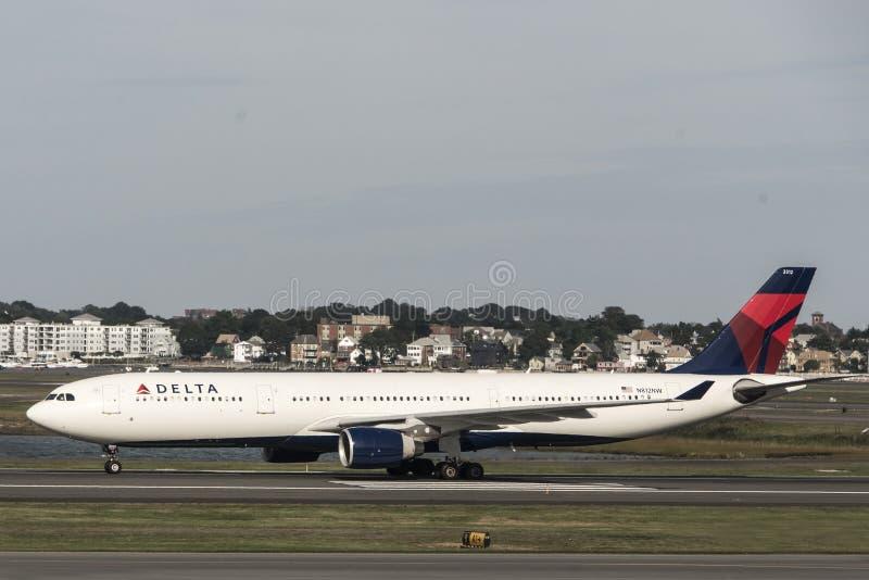 Boston Massachusetts de V.S. 23 09 2017 - Delta Airlines-jets die aan eindpoorten in Logan Airport drijven royalty-vrije stock afbeeldingen