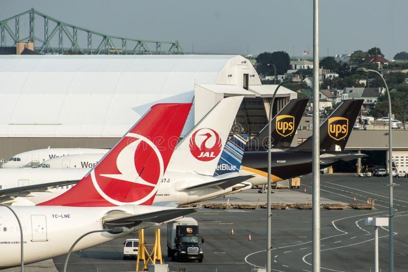 Boston Massachusetts de V.S. 23 09 2017 Leidraad van Boeing UPS United Parcel Service andere Luchtvaartlijnen bij logan Luchthave stock afbeelding