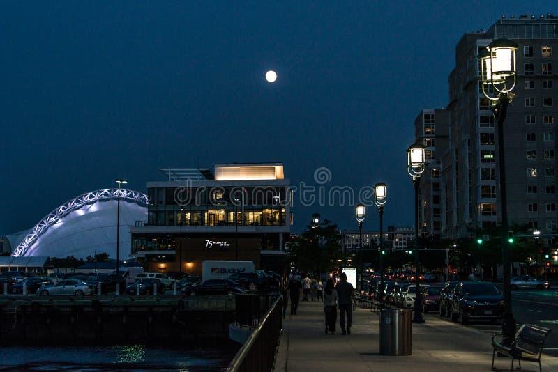 Boston Massachusetts, de V.S. 06 09 2017 stadswolkenkrabbers, Douanehuis en de Waterkant van Boston bij nacht lange blootstelling royalty-vrije stock afbeeldingen