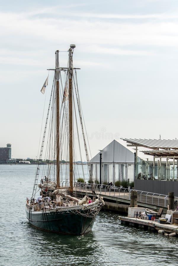 04 09 Boston 2017 Massachusetts EUA - o barco de navigação grande velho do veleiro ancorou sair do porto fotografia de stock royalty free