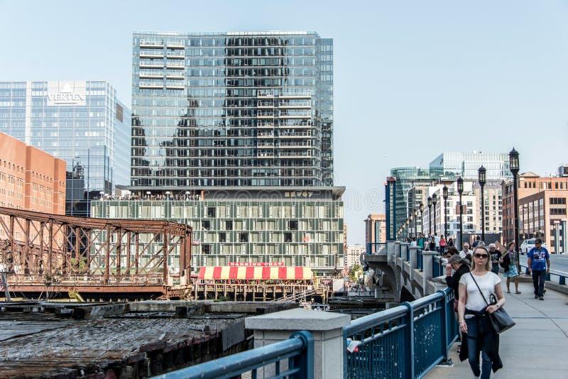 Boston Massachusetts los E.E.U.U. 06 09 opinión 2017 sobre la costa con los rascacielos y el puente viejo de la avenida foto de archivo