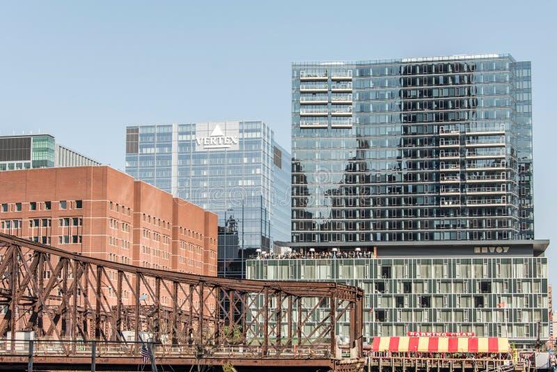 Boston Massachusetts U.S.A. 06 09 vista 2017 su lungomare con i grattacieli ed il vecchio ponte del viale fotografia stock