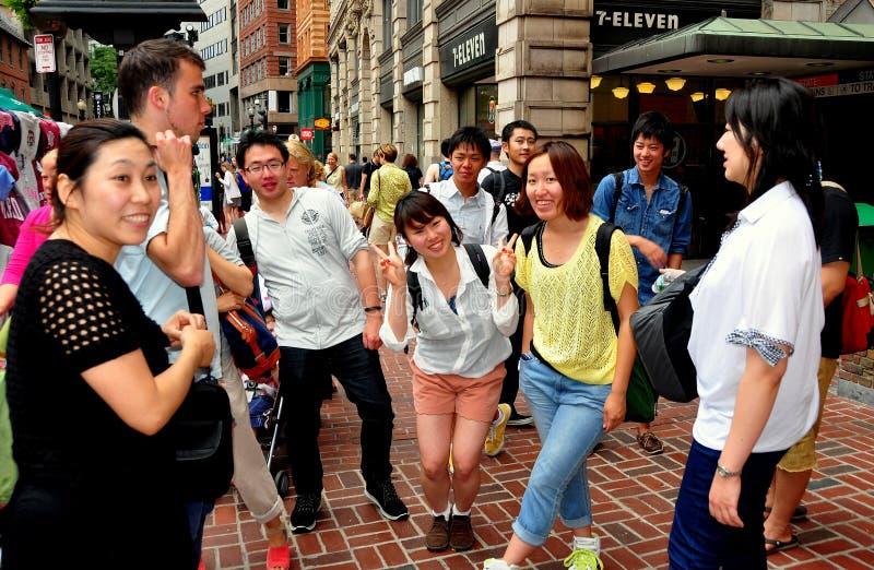 Boston, miliampère: Estudantes japoneses na rua de Tremont fotos de stock royalty free