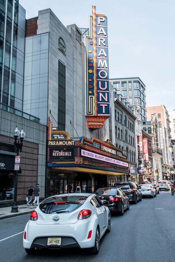 Boston, miliampère EUA 06 09 O sinal 2017 de néon icônico do teatro de Paramount domina Washington Street Theater District imagens de stock