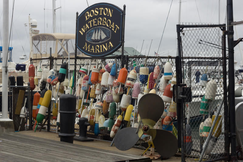 BOSTON, MILIAMPÈRE, O 24 DE OUTUBRO DE 2014: Porto de Boston Waterboat situado no cais longo histórico fotos de stock
