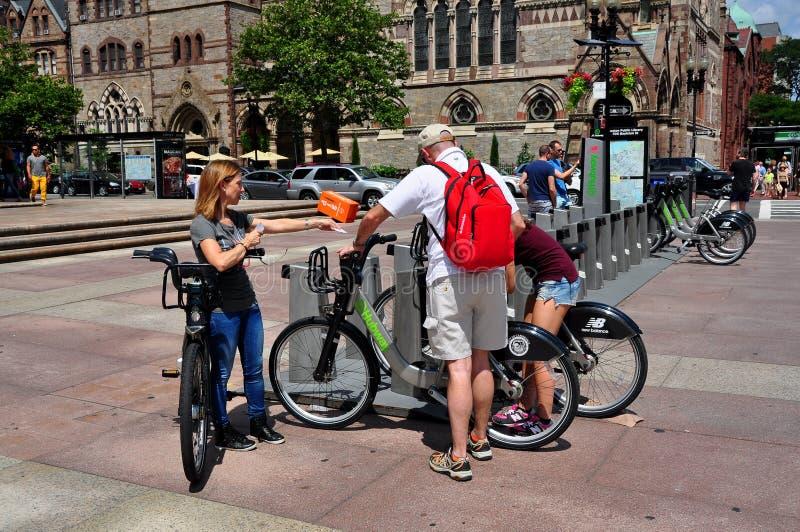 Boston MOR: Folk med cyklar i den Copley fyrkanten royaltyfri foto