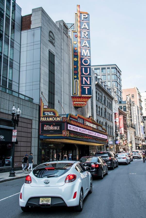 Boston MOR USA 06 09 Tecknet 2017 för neon för den Paramount teatern dominerar det iconic Washington Street Theater District arkivbilder