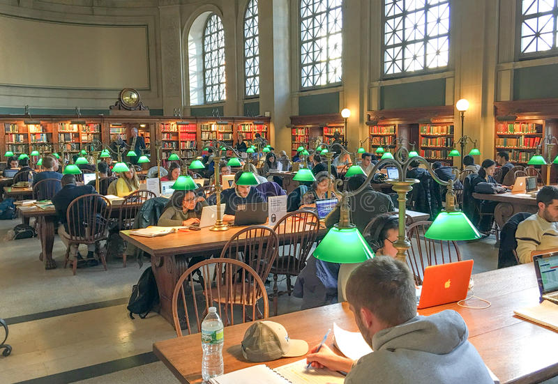 BOSTON - OTTOBRE 2015: Studenti che lavorano dentro la biblioteca pubblica immagini stock