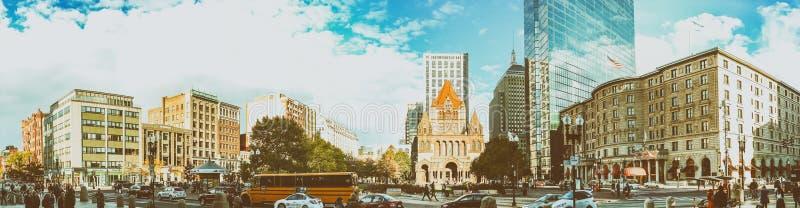 BOSTON - OTTOBRE 2015: Turisti nel quadrato di Copley Boston attira immagine stock