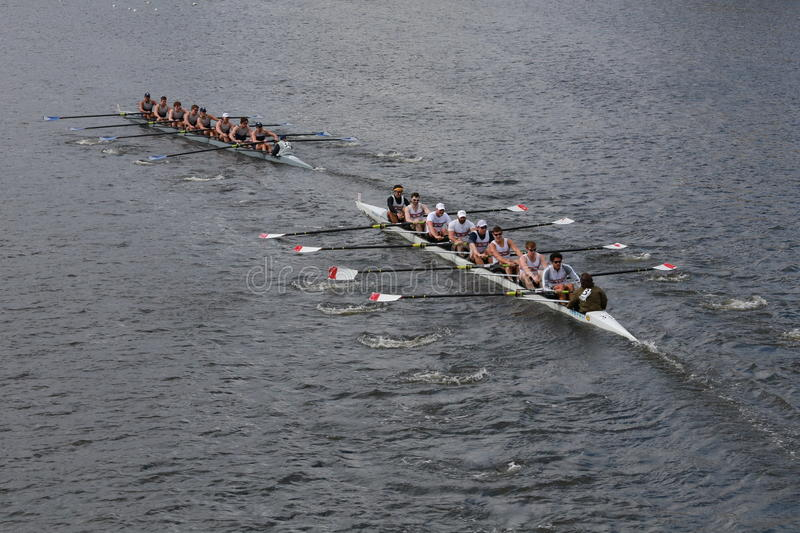 BOSTON, PAŹDZIERNIK - 19, 2014: Sportowy klub Nowy Jork i uniwersytet georgetown ściga się w głowie Charles Regatta mężczyzna Cha fotografia stock
