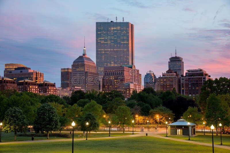 Boston-Rückseiten-Bucht-Skyline bei Sonnenuntergang vom Boston-Common-Hügel lizenzfreie stockfotografie