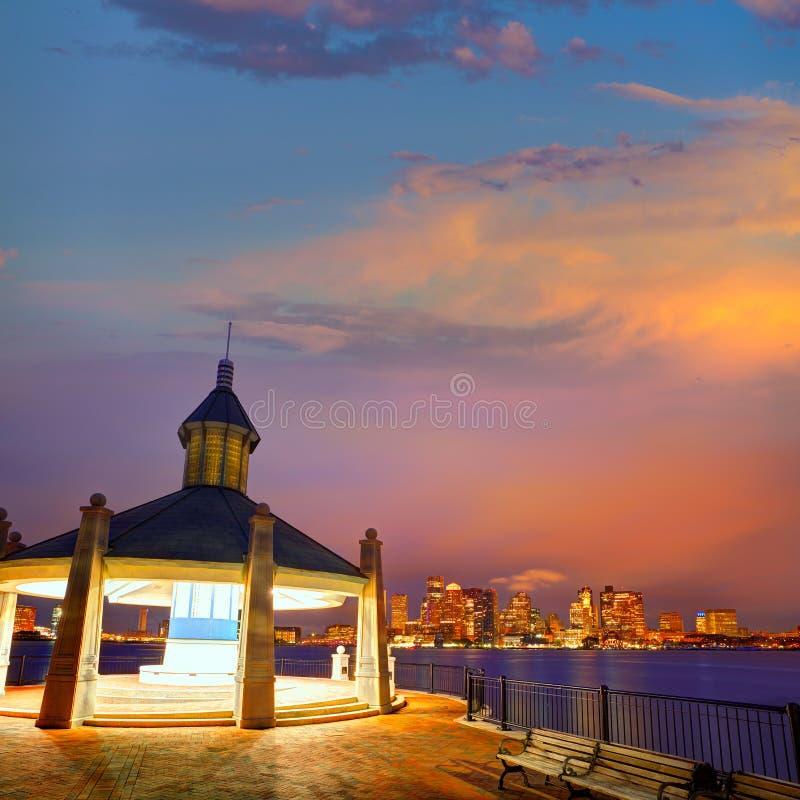 Boston-Skyline bei Sonnenuntergang Piers Park Massachusetts lizenzfreies stockbild