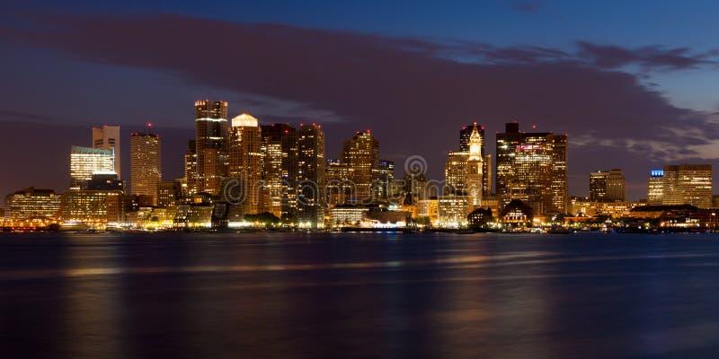 Boston-Skyline bis zum Nacht stockbilder