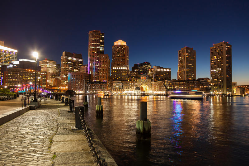 Boston-Skyline bis zum Nacht - Massachusetts - USA stockfotografie