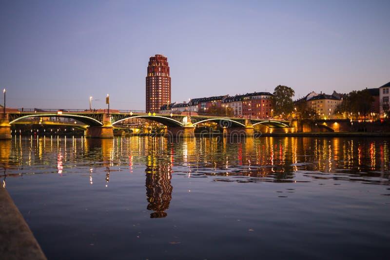 Boston-Skyline bis zum Nacht von Ost-Boston lizenzfreie stockbilder
