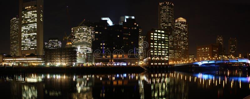 Boston-Skyline am Nachtpanorama lizenzfreies stockfoto