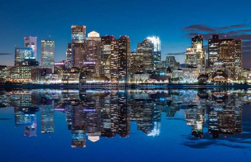 Boston-Skyline nachts lizenzfreie stockfotos
