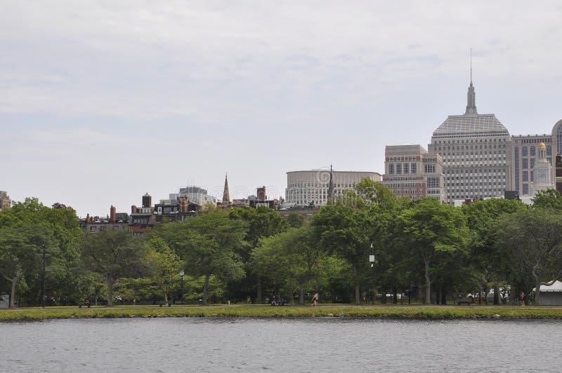 Boston skyskrapor från Charles River kryssning i det Massachusettes tillståndet av USA royaltyfria bilder