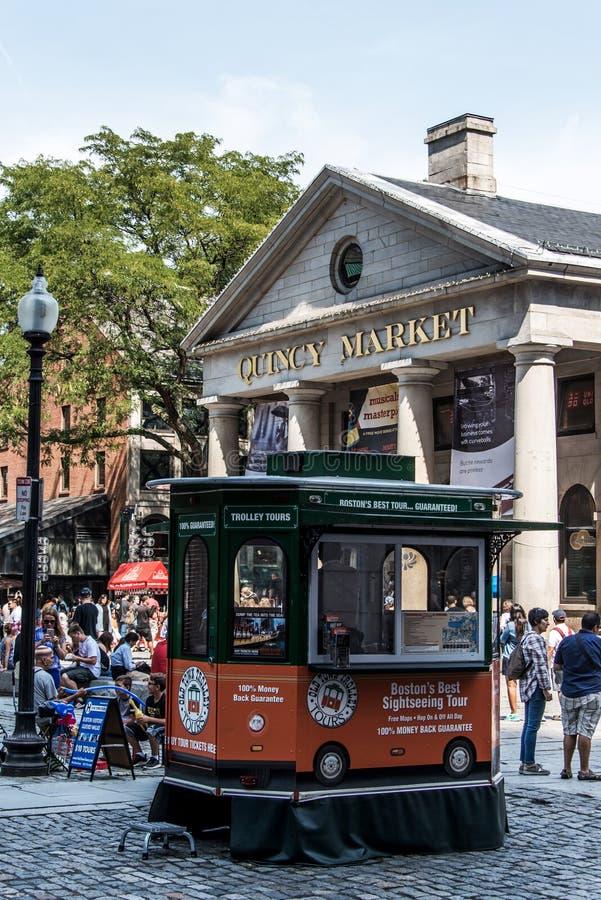 BOSTON STANY ZJEDNOCZONE 05 09 2017 - ludzie Robi zakupy Hall Quincy rynku rzędu centrum historycznego miasto przy plenerowym Fan fotografia royalty free
