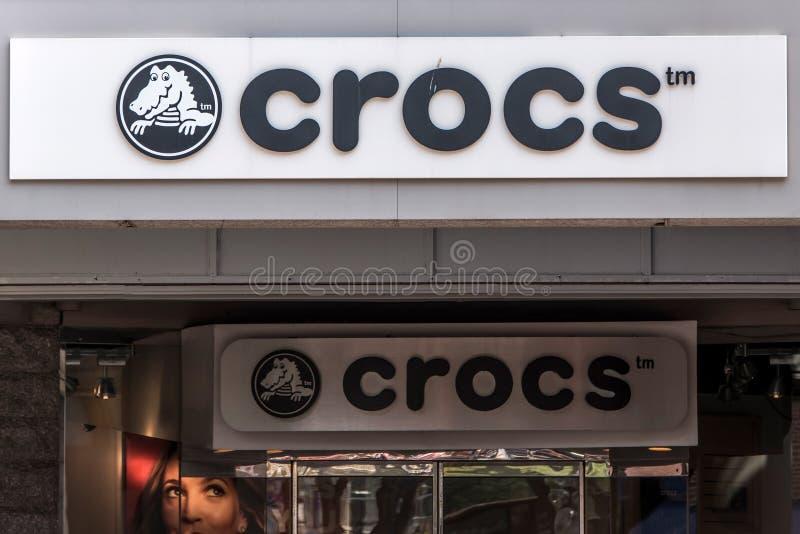 BOSTON VEREINIGTE STAATEN 05 09 Öffnen Crocs-footware Einzelhandelsgeschäft Logo 2017 für Schaumklotz-Artsandalen Schuhdesign stockfotos