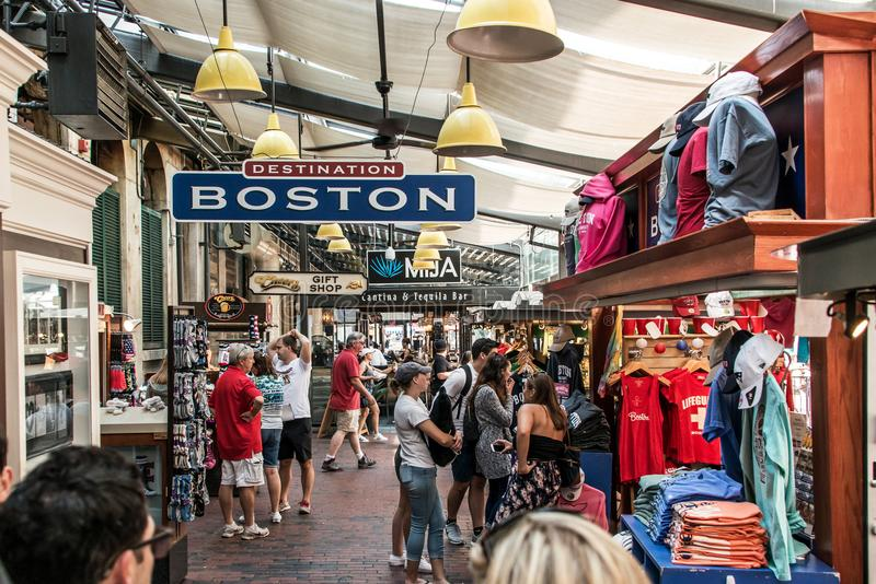 BOSTON VEREINIGTE STAATEN 05 09 2017 Menschen an Einkaufshall quincy market government center historischer Stadt Faneuil im Freie lizenzfreie stockfotos