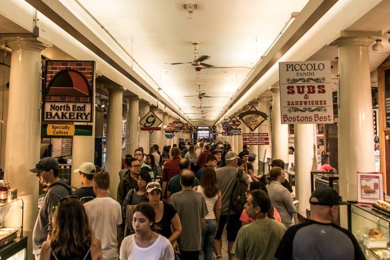 BOSTON VEREINIGTE STAATEN 05 09 2017 Menschen an Einkaufshall quincy market government center historischer Stadt Faneuil im Freie lizenzfreies stockfoto