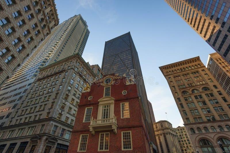 Boston-Wolkenkratzerwebstuhl über altem Parlamentsgebäude lizenzfreie stockfotografie