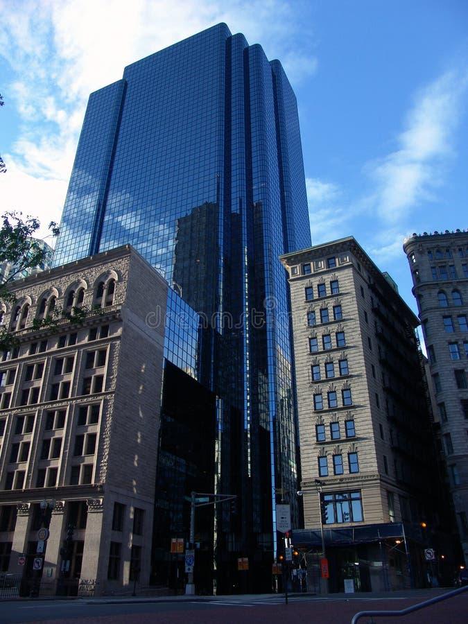 Boston-Zustand-Straßen-Wolkenkratzer lizenzfreie stockfotos