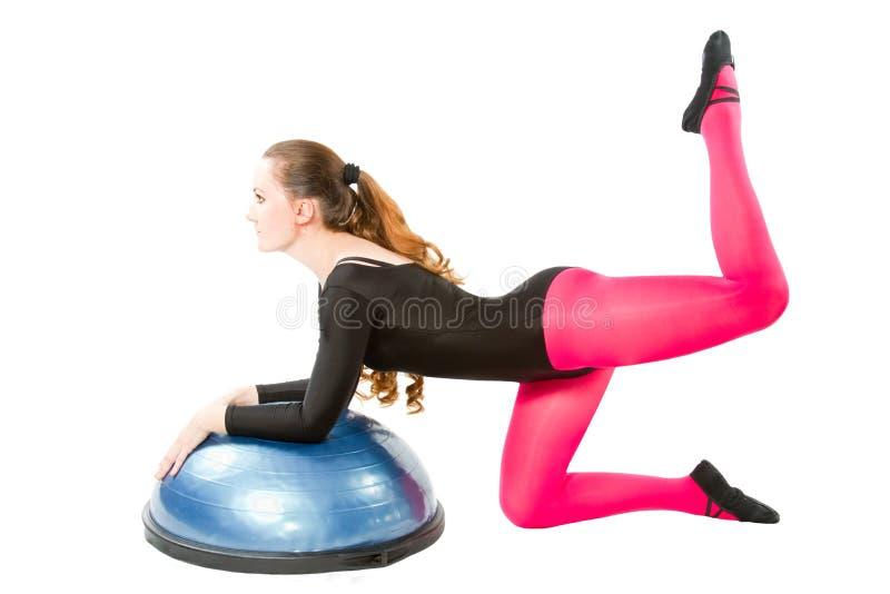 bosu做姿势舒展女子瑜伽 免版税库存照片