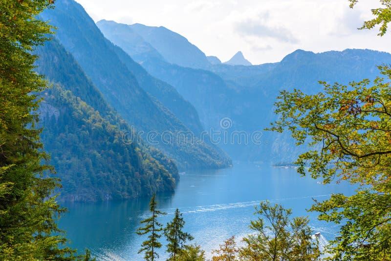 Bosvenster met mening over meer dichtbij Schoenau am Koenigssee, Konigsee, het Nationale Park van Berchtesgaden, Beieren, Duitsla stock afbeelding