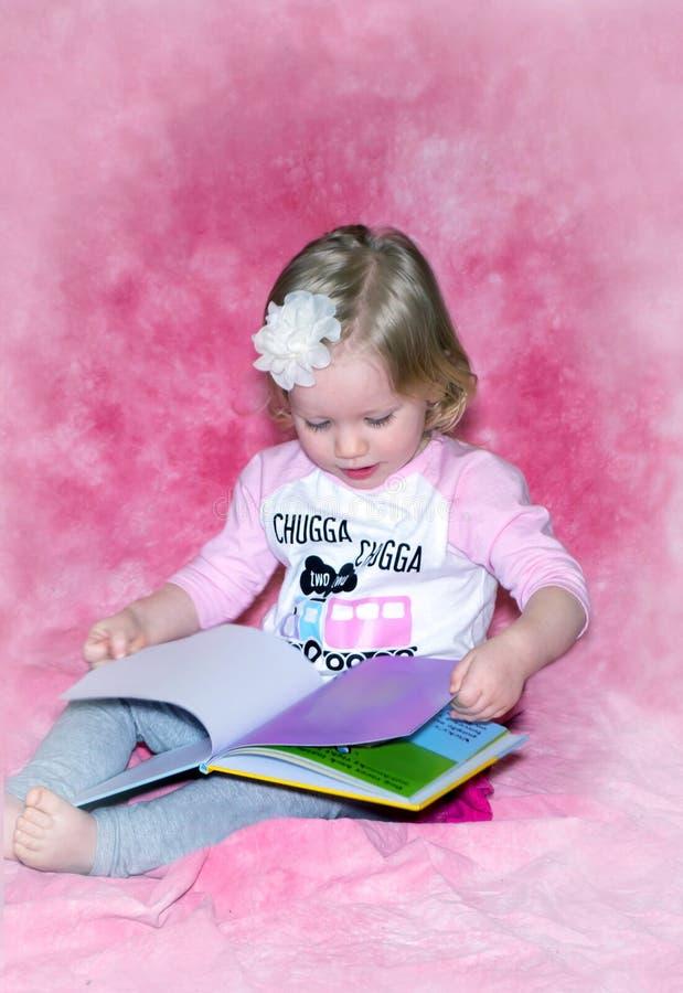 Bosy berbeć i kolorowa obrazek książka zdjęcie royalty free