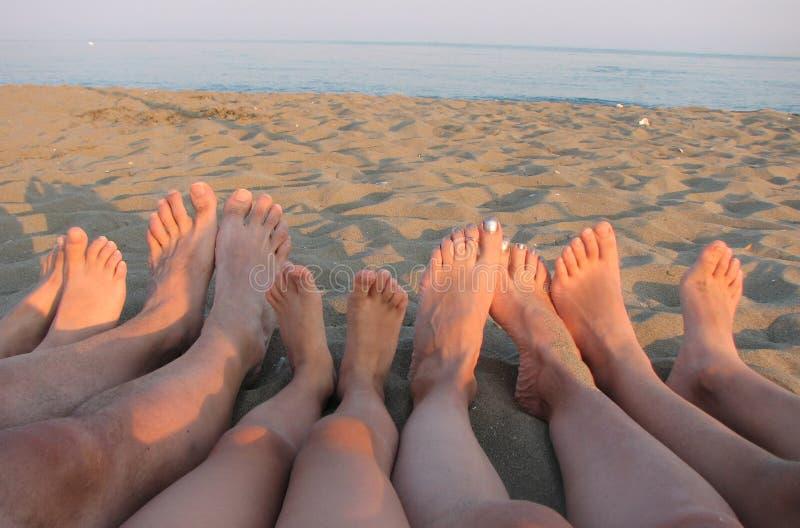 Bosy rodzina na brzeg morze na plaży z c obrazy royalty free