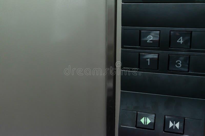 Botão ascendente próximo do número no elevador fotos de stock
