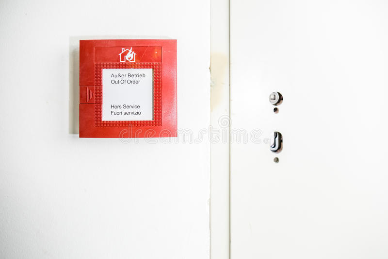 Botão da detecção de fogo na parede imagens de stock royalty free