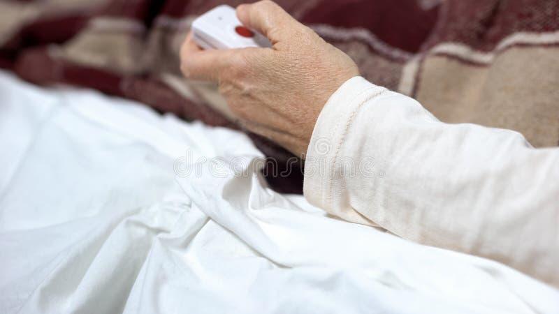 Botão de empurrão paciente para aliviar a agonia, chamando a enfermeira para a ajuda, sentimento indisposto imagens de stock