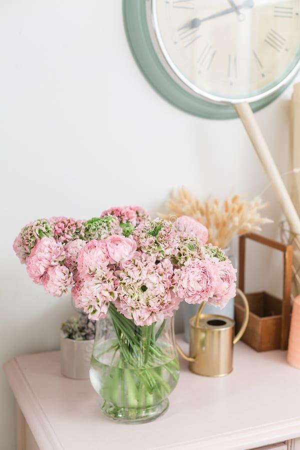 Botão de ouro persa laço com muitas pétalas Grupo pálido - o ranúnculo cor-de-rosa floresce o fundo claro wallpaper imagem de stock