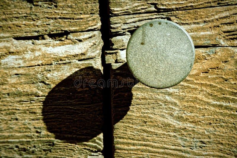 Botão de porta e buraco da fechadura rústicos na porta de madeira velha, estilo do vintage imagem de stock