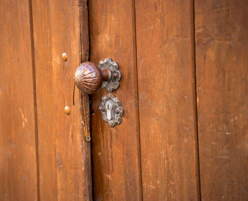 Botão de porta oxidado velho fotos de stock royalty free