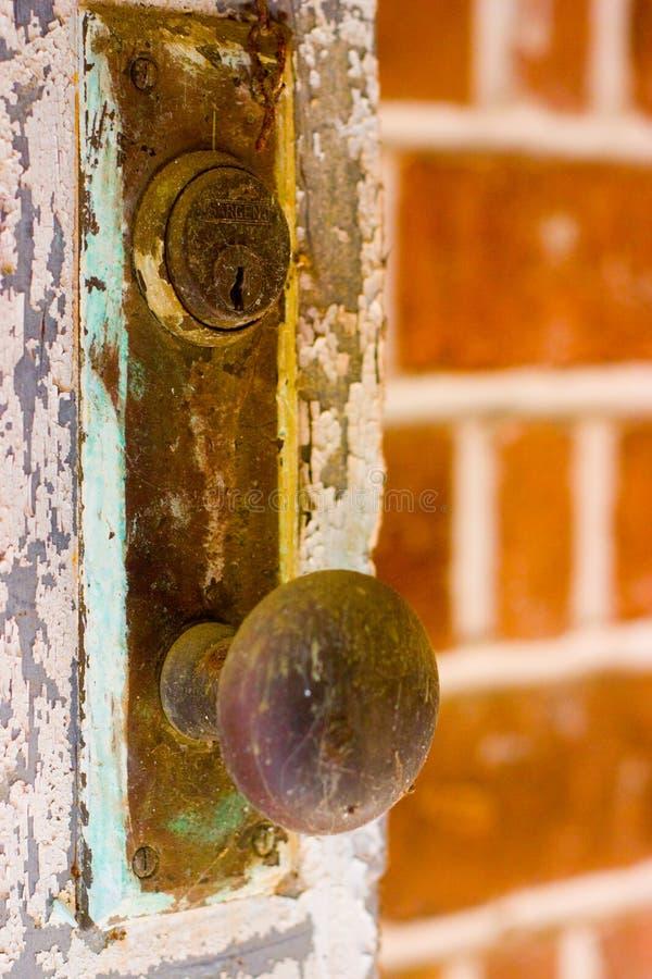Botão de porta oxidado velho foto de stock royalty free