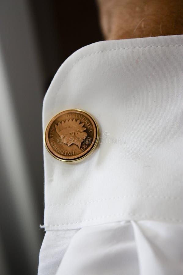 Botão de punho originais no noivo foto de stock royalty free