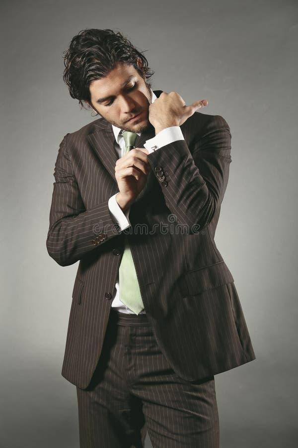 Botão de punho vestindo modelo consideráveis fotografia de stock royalty free