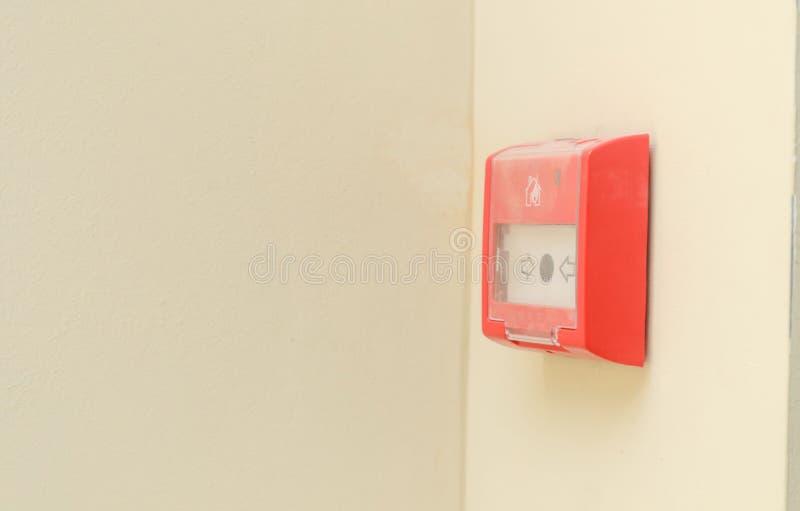 Botão do alarme de incêndio na parede branca Proteção contra incêndios para escritórios e shopping foto de stock