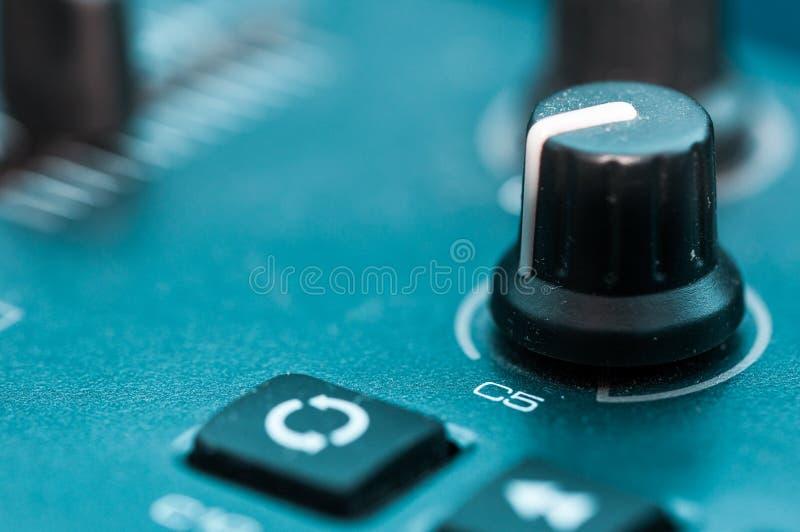 Botão do botão do close-up do painel de remendo do sintetizador imagens de stock
