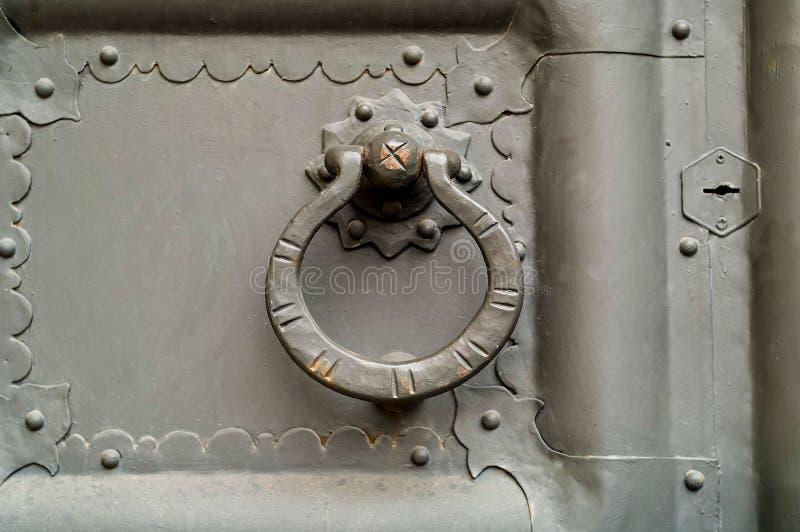 Botão do círculo do vintage no fundo da porta do metal Fim acima fotos de stock royalty free