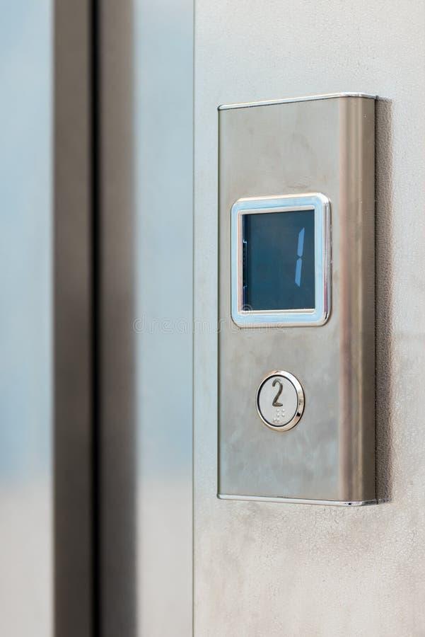 Botão do elevador do metal com exposição eletrônica fotografia de stock