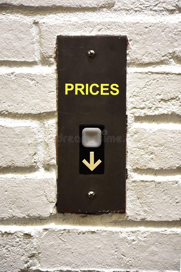 Botão do elevador que indica como diminuir preços imagens de stock