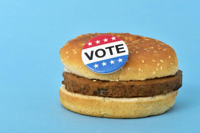 Botão do pino do voto em um Hamburger fotos de stock