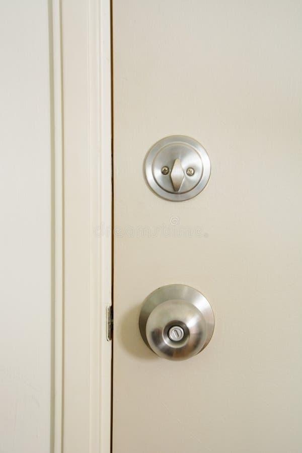 Botão e fechadura da porta de porta imagem de stock