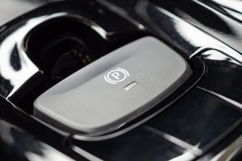 Botão eletrônico do handbrake no carro moderno luxuoso foto de stock