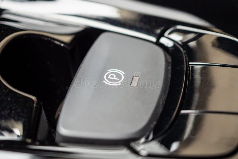 Botão eletrônico do handbrake no carro moderno luxuoso imagem de stock